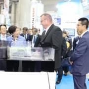 Jörg Steinhardt erklärt der Gouverneurin der Präfektur Tokyo, Frau Yuriko Koike, die Funktionsprinzipien des HydroSpin Schwimmstoffabzugs