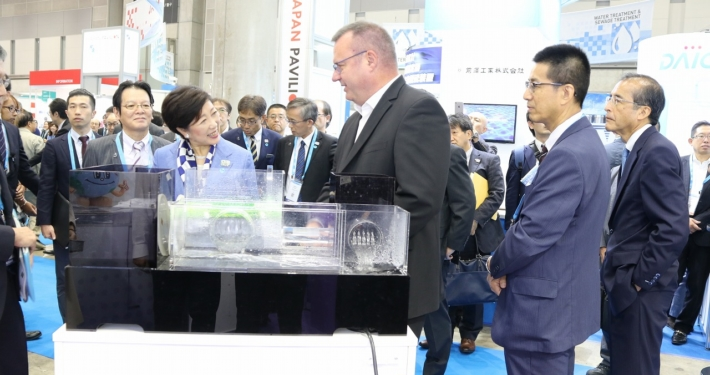 Jörg Steinhardt explains HydroSpin's operating principles to the Governor of Tokyo, Ms Yuriko Koike.
