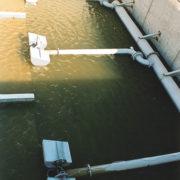 HydroSurf Dekanter zum Abzug von Klarwasser mit Trübungsmessung im Vordergrund