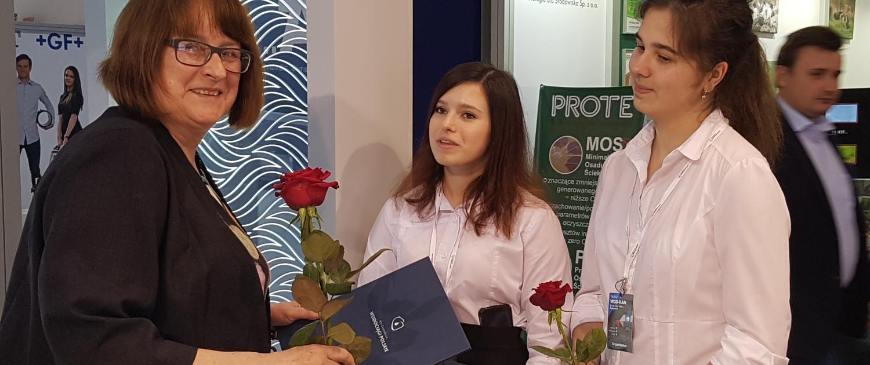 Gratulanten zum 20jährigen Firmenjubiläum auf der WOD-KAN 2019. Links die Geschäftsführerin von Meva-Pol, Krystyna Taylor.