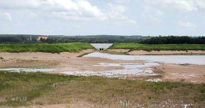 Regenrückhaltebecken zum Schutz des Industriegebietes WHA Eastern Seaboard Industrial Estate 4, Rayong, Thailand