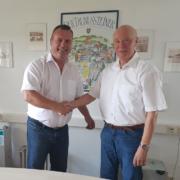 Jörg Steinhardt und Wilfried Vogel bei der Geschäftsübergabe der SWIZZ Schutzwandwandsysteme GmbH